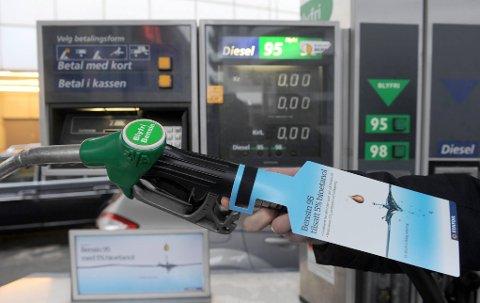 VIL ØKE: MDG og Henrik Mohn vil øke bensinprisen med fem kroner literen. – Det skal koste å forurense, og det skal lønne seg å velge miljøvennlige løsninger, sier partiets kommunestyrerepresentant i Kongsvinger.ILLUSTRASJONSFOTO: TERJE PEDERSEN