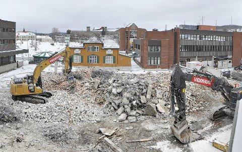 GODT TEGN: – En by uten heisekraner eller anleggsmaskiner er et dårlig tegn, mener regionbanksjef Per Nygaard i Sparebank 1 Østlandet. Han gleder seg over byggeaktiviteten, og ser lyst på det nye året.BILDER: JENS HAUGEN