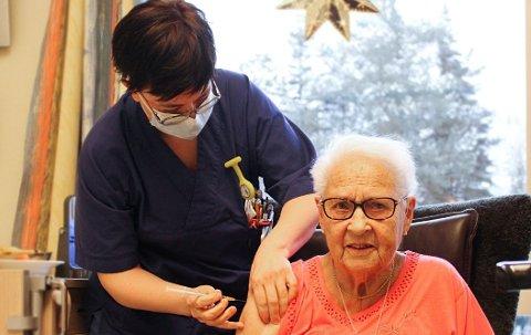 VAKSINERES: Lynn Marion Hole fikk æren av å sette den første vaksinen.
