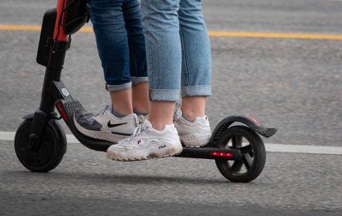 IKKE LOV LENGER: Det blir ikke billig om du blir tatt for å kjøre to på en elsparkesykkel.