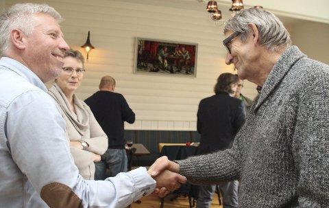 SVARER PÅ KRITIKKEN: Gunnar Schulz (FrP) har fått referert deler av intervjuet med Einar Ellefsrud. Bildet er fra pressekonferansenm i Brandbu mandag, her gratuleres Schulz av Øyvind Kvernvold Myhre (GBL).