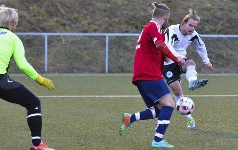 TRE MÅL: Fredrik Halvorsen ble dagens mann for Gran med tre scoringer. Her skrur han ballen forbi Emil Enger Johansen og målvakten Kay Ingvald Thingstad Pedersen. Dette var Grans utlikning til 1–1 etter at Brandbu tok en tidlig ledelse.