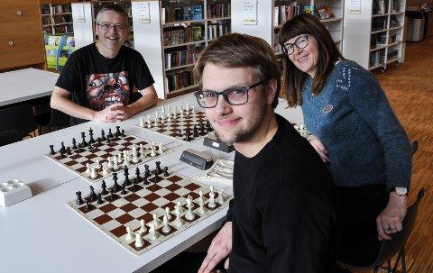 SJAKK TIL FOLKET: Daniel Johnsen skal sammen med Jan Erik Sandhals og Wenche Nyaas arrangere sjakktreff på biblioteket.