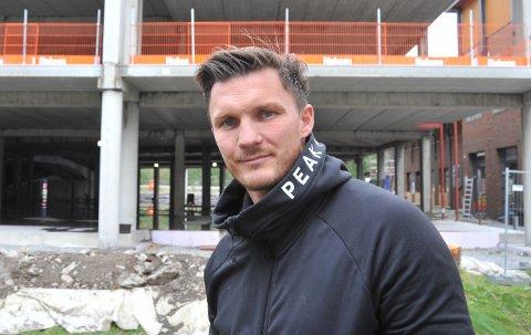 NYE MOSENTERET: Sportsgründer Nils Arne Morka utenfor der han om nokså nøyaktig ett år kan flytte inn i flunka nye og større lokaler på bakkeplan (bak til venstre i bildet).