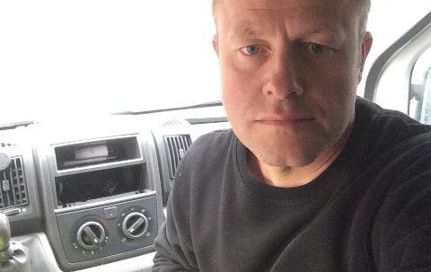 BILINNBRUDD: Jon Sverre Teppdalen med det gapende hullet etter en bilradio bak seg på dashbordet.