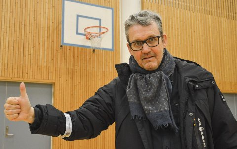 VIL FLYTTE: Sven Stranger, leder i Halden Basketballklubb, jobber for å kunne gjøre Porsneshallen til kamp- og treningsarena for basketballklubben. Da må det blant annet på plass nye, nedsenkbare (fra taket) kurver.
