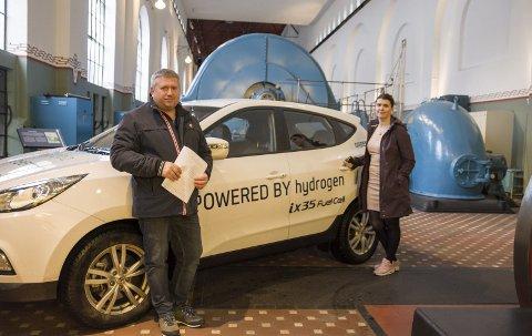 Hydrogenbil: I kraftstasjonen i Tyssedal der symposiet finn stad 6.–7. februar. Her med Nils Johan Ystanes og Marie Opheim.