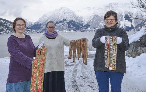 Mangfold: Agnete Sivertsenm,  Monica Kjærsten Tveit og Torill Måkestad med noen av beltene som skal på utstilling i sommer.