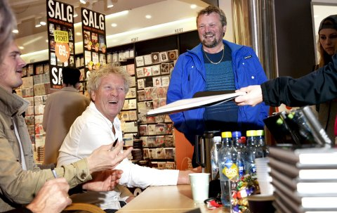 GOD STEMNING: Lars Skjoldal (t.h.) har fulgt musikeren Øyvind Staveland fra han spilte i Vestlandsfanden. Lørdag sikret Skjoldal seg Vamp-boka signert.