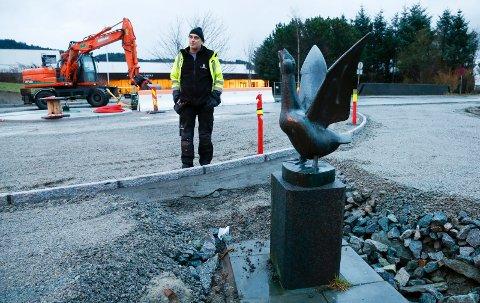 LØSNING: Etter at Svein Erik Indbjo fortalte om skulpture som sto i veien, har det blitt fortgang og løsning.