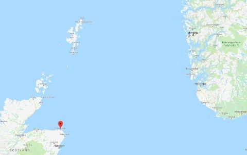 LANG REISE: «Normand Subsea» var ved Shetland (øygruppa nord i bildet) da livbåten falt av skipet. Den ble funnet av en fiskebåt, og slept inn til Fraserburgh (rød markør).