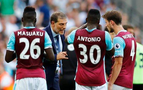 West Ham United manager Slaven Bilic snakker med Havard Nordtveit, Michail Antonio og Arthur Masuaku under en Premier League-kamp mot Bournemouth. Nå er Antonio ute for resten av sesongen. Arkivfoto:  Reuters / Eddie Keogh