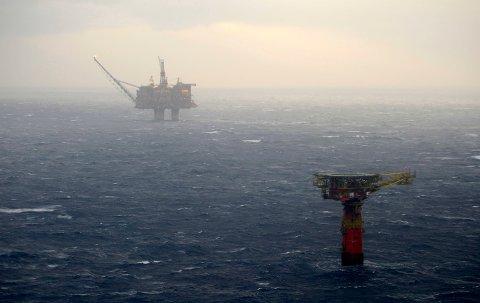NORDSJØEN 20071213:  Lastebøyen der oljelekkasjen skjedde.  Statfjord A i bakgrunnen.  Foto: Marit Hommedal / SCANPIX