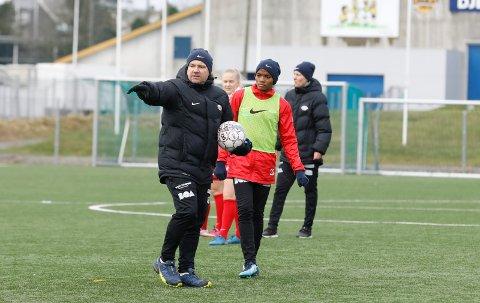 MANGE JERN I ILDEN: Kolbjørn Fosen er ikke bare Vard-trener, men også toppspillerutvikler i Avaldsnes.