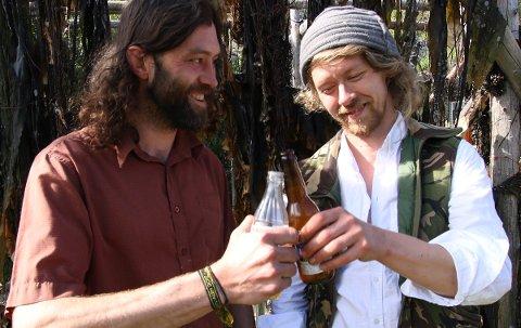 Trond Ansten (til venstre) og Kåre Grundvåg i kunstnerduoen Devil's Apron brygger øl av tang.