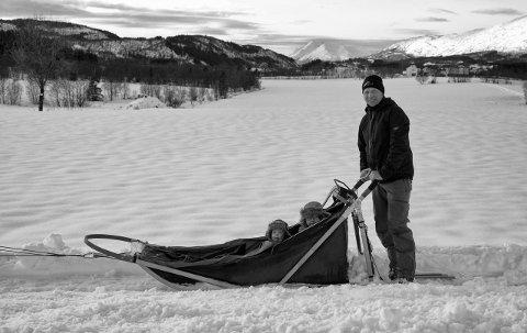 DRIVER KENNEL: Steffen Sund tar gjerne med seg barn på sledetur.  Sammen med kona Helena driver han Langåsen Husky Kennel i Leirfjord. På forespørsel er det mulig å bestille tur med hundespannet.