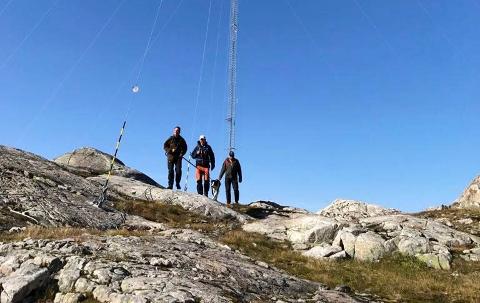 RUVER: De 98 meter høye mastene som nå settes opp for å måle vind, ruver i terrenget.