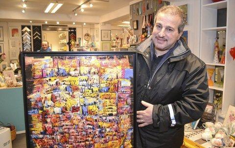 SPENT OG GLAD: Kunstneren Kamal Habib kan nesten ikke vente med at det skal bli lørdag og klart for utstilling på Scandic-hotellet i byen.BEGGE FOTO: KENNETH STRØMSVÅG
