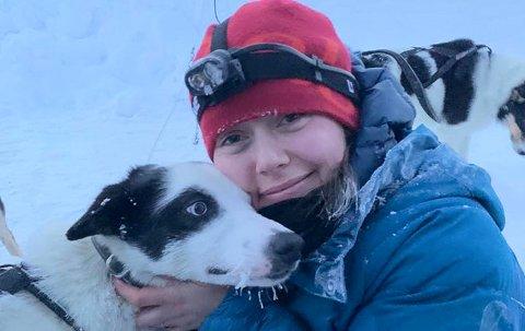 SAVN: - Vidda er en fantastisk hund og jeg er veldig glad i henne, sier kennelhjelper Julie Røsberg Amundsen som ber folk melde fra om de får øye på henne.