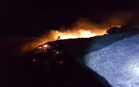 TOK FYR: Siss Heidi Hansen forteller at brannen først ble slukket, men så blusset opp igjen.