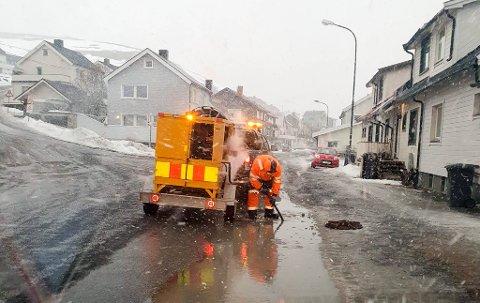 NYE UTFORDRINGER: Her steamer Presis vegdrift fylkesveien i Nordvågen i Nordkapp kommune. De har hatt utfordringer med tette stikkrenner som store deler av Troms og Vest-Finnmark de siste dagene.
