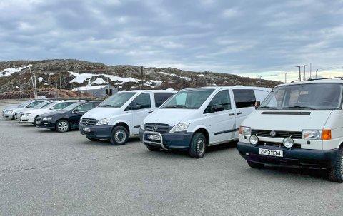 LINET OPP: Alle bilene som ble solgt sto oppstilt i Vest-leiren utenfor Kirkenes. Møllebakken forteller at de hadde mange budgivere og de brukte hele dagen i telefon for å selge alle bilene.