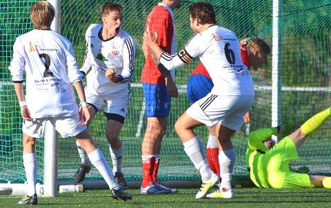 Martin Fjellheim jubler for sin 1-0-scoring sammen med Christian Helbostad (nr 2) og Eirik Haugen (nr 6).