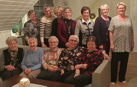 De fleste av dagens medlemmer samlet til møte. Sittende fra venstre: Marit Østreng, Evelyn Holtet, Inger Marie Holmedahl, Berit Høgne, Aase Moen. Stående fra venstre: Randi Lillehol, Annelis Holmedahl, Jorunn Løkken, Sidsel Næss, Bjørg Helgerud, Berit Moen, Kari Tørnby.