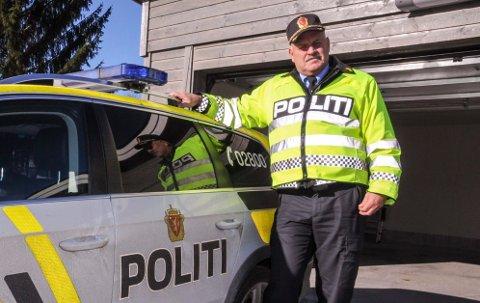 AKSJONSKOLESTART: Politikontakt Svein Engen og kollegene ved Aurskog-Høland lensmannskontor besøker skolene i forbindelse med skolestart.