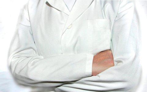 en lege som var engasjert på Helgeland, har fått en advarsel av Statens helsetilsyn, etter at han rådet en pasient med hjerneslag til å vente noen dager før han ringte tilbake. Mannen var alvorlig syk, og ble av andre, sendt til akutt behandling ved Sandnessjøen sykehus.