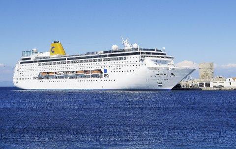 1. Nytt sted: Cruiseskipet «Costa NeoRiviera» skulle forflytte seg fra vintersesong i den persiske Gulf til sommersesong i Middelhavet. 2. Med ca. 1 nautisk mils avstand følger skipene oss i nordgående konvoi. 3. Bak sanddynene. 4. Ved rekka. Foto: Trygve Eriksen