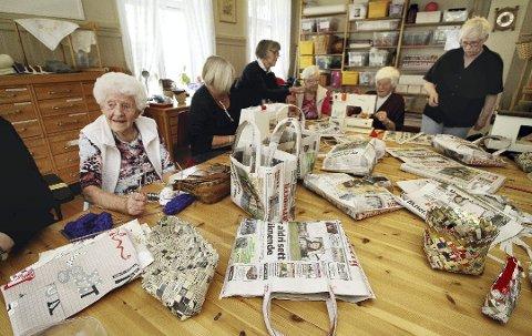 AVISVESKE: Kjærsenteret og Husflidslaget syr og deler ut vesker som er laget av gamle nyheter.