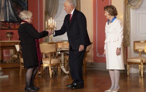 AUDIENS FOR AUD: Aud Gunnestad hilser på kong Harald  og dronning Sonja  under tirsdagens  After Noon Tea på Slottet. Foto: Terje Bendiksby / NTB scanpix
