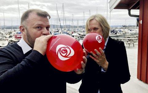 La opp til fest: Men må vente med å juble. Thomas Rundbråten og Elin Gran Weggesrud (Ap) på valgvake mandag. Foto: Pål Nordby