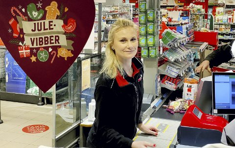 Julevibber: Silje Andersen trives på Spar, også i koronatid, selv om rutinene og arbeidsoppgavene må ta hensyn til smittefaren. Foto: Pål Nordby