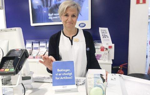 - BEKLAGER, TOMT: Turid Lund Stenberg måtte tirsdag fortelle kundene at Boots apotek i Holmestrand var utsolgt for både Antibac og munnbind, og at det snart også var tomt for engangshansker. FOTO: BJØRN TORE BRØSKE
