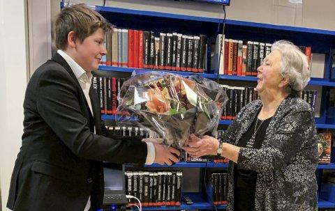 BLOMSTER TIL BESTEMOR: Barnebarnet Ole Christian Sjue var blant gratulantene da Lynette Sjue i desember i fjor ble hedret med Holmestrand kommunes frivillighetspris.