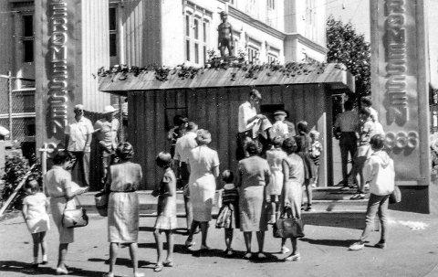 Folkefesten: Nederst i skolebakken var det reist portaler - hvor det var inngangen til den store «Kragerømessen 1966». Da feiret Kragerø sine 300 år.
