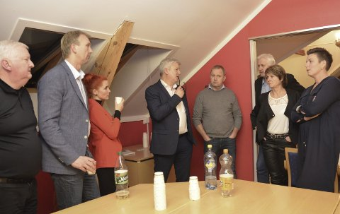 FELLES ANSVAR: Gruppelederne i samtale under kommunestyrets møte i forrige uke. FOTO: JON FIVELSTAD