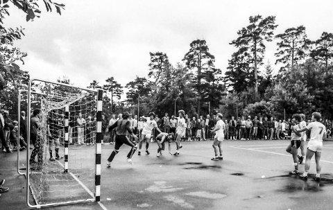 Kragerølekene 1983: «Dutta» Beldo har fintet seg gjennom forsvarsmuren og skyter. Kampen ble spilt på den ene av de to asfaltbanene på Stadion. Foto: Jimmy Åsen