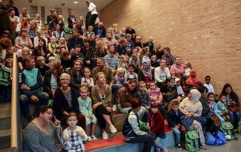 Spente førsteklassinger og foresatte ved Kragerø skole på første skoledag. (Foto: Jimmy Åsen)