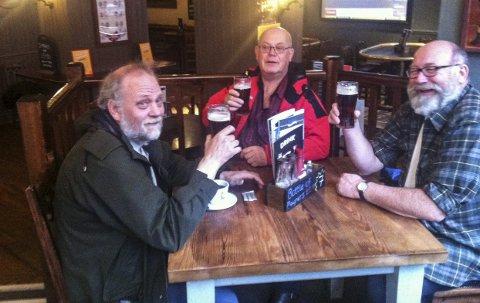 I gleden: Brødrene Åsen, her fra venstre Gøran, Terje og Yngve sitter på en irsk pub i Glasgow. Den eneste puben i byen som hadde Smithwicks på ølmenyen.