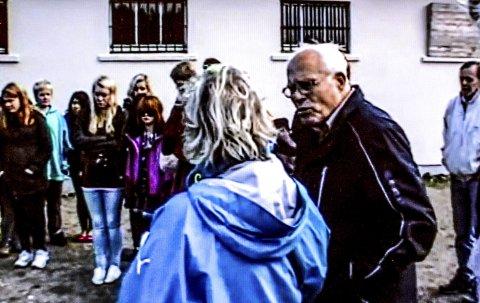 TIDSVITNE: Torstein Axelsen har vært med skolebarn fra Kragerø til konsentrasjonsleierne. Her er han sammen med skoelever i Sachsenhausen. (Foto: Haldis Åsen)
