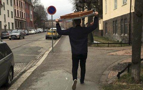 På vei hjem: KVs frilansjournalist Marius Morgan Haugen med en tung del av flyttelasset.