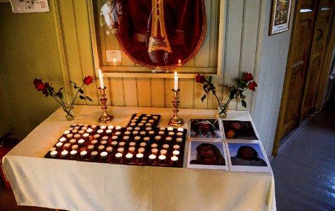 Sørget: I Kragerø kirke kom folk og tente lys for Henning «Dose» Bentsen, Anne Kristin Isaksen, Berit Bjørnsen og Jan Bjørndal. Foto: Jimmy Åsen