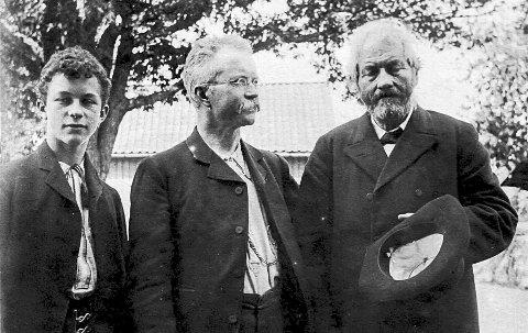 Tre blad Hougen: Fredrik Hougen til høyre. I midten hans sønn Johannes Hougen og til høyre barnebarnet Petter Hougen. Fotografiet er tatt mellom 1900 og 1911.