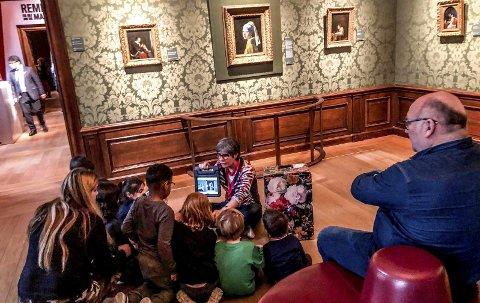 Historie: Under maleriet: «Pike med perleøredobb» av Vermeer i museet Mauritshuis i Haag, satt en flokk barn på gulvet sammen med sin lærer. Foto: Jimmy Åsen