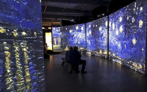 Utstillingen: Rundt på alle sider «levde» malerier Vincent van Gogh har malt. Her sees en digital versjon av maleriet «Stjernenatt over Rhône».