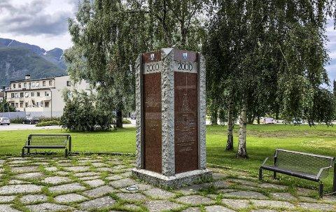 Informasjon: Dette er tusenårsstedet i Sykkylven kommune. En bauta som forteller om kommunen det året vår tidsregning rundet 2000.