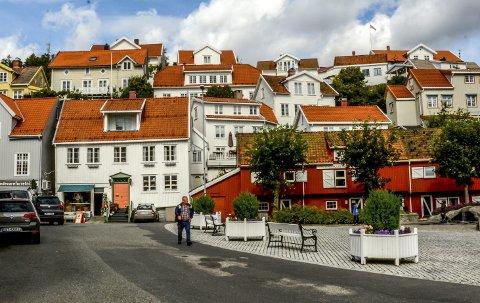 Jøransberg: Denne gamle bydelen av Kragerø er helt spesiell. En liten hei kledd med bygninger. Som trærne i jungelen strekker husene seg mot himmelen. Foto: Jimmy Åsen